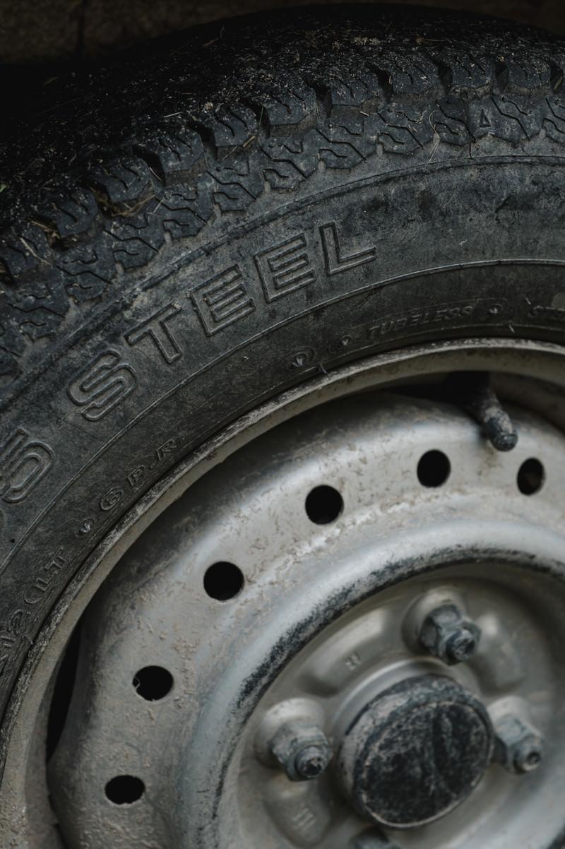 「泥道を走行した後のタイヤ」の写真