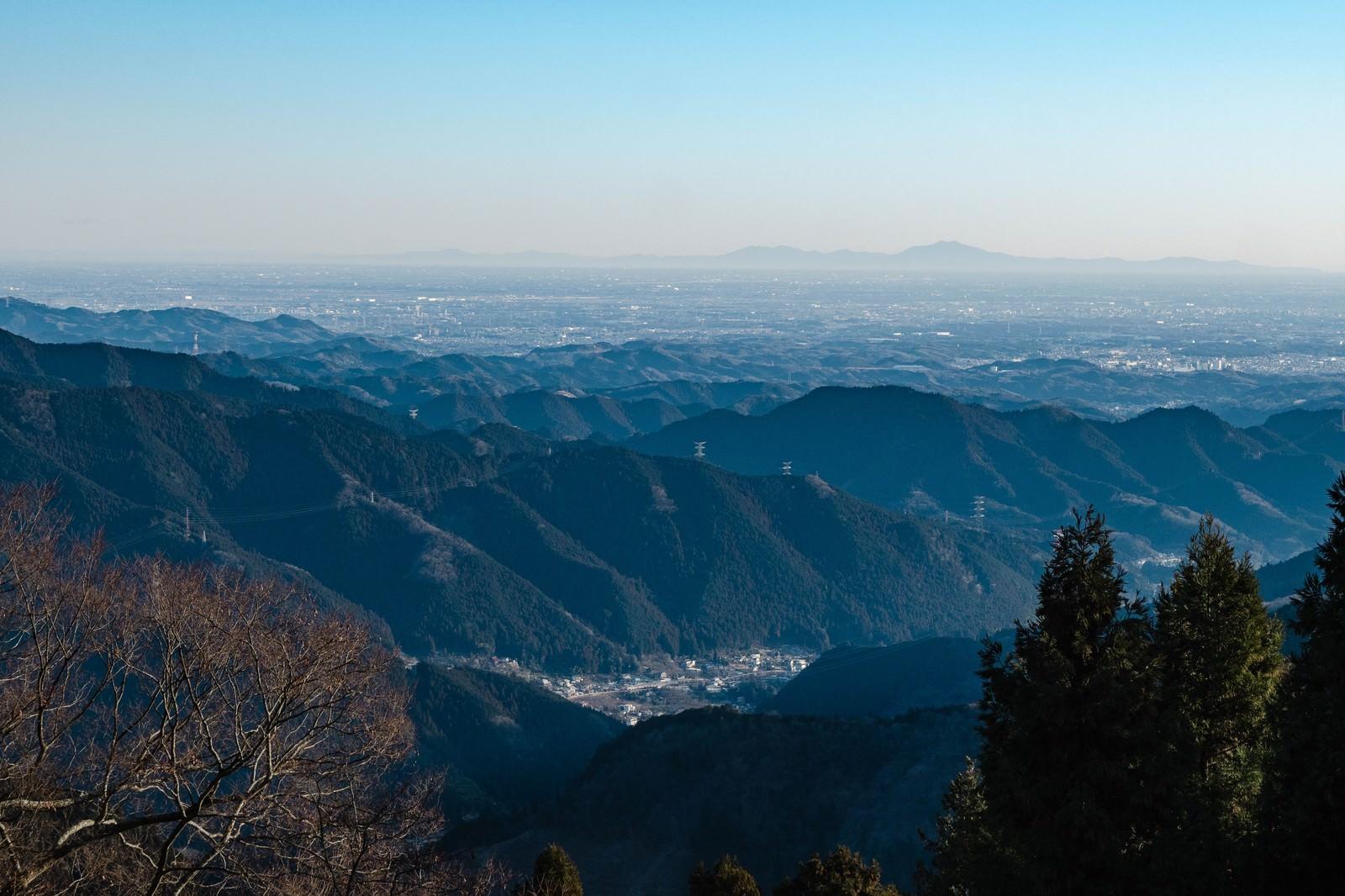 「御岳山(東京)から望む筑波山御岳山(東京)から望む筑波山」のフリー写真素材を拡大