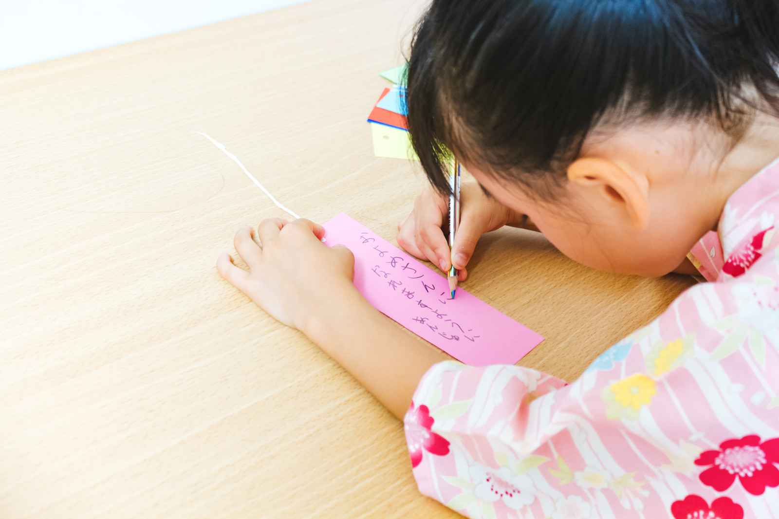 「短冊に「およめさんになれますように」と書く娘」の写真[モデル:あんじゅ]