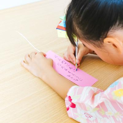 短冊に「およめさんになれますように」と書く娘の写真