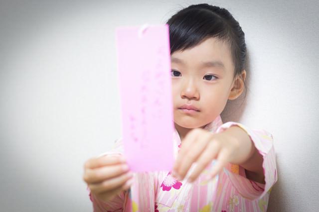願い事を書いた短冊が不満な女の子の写真