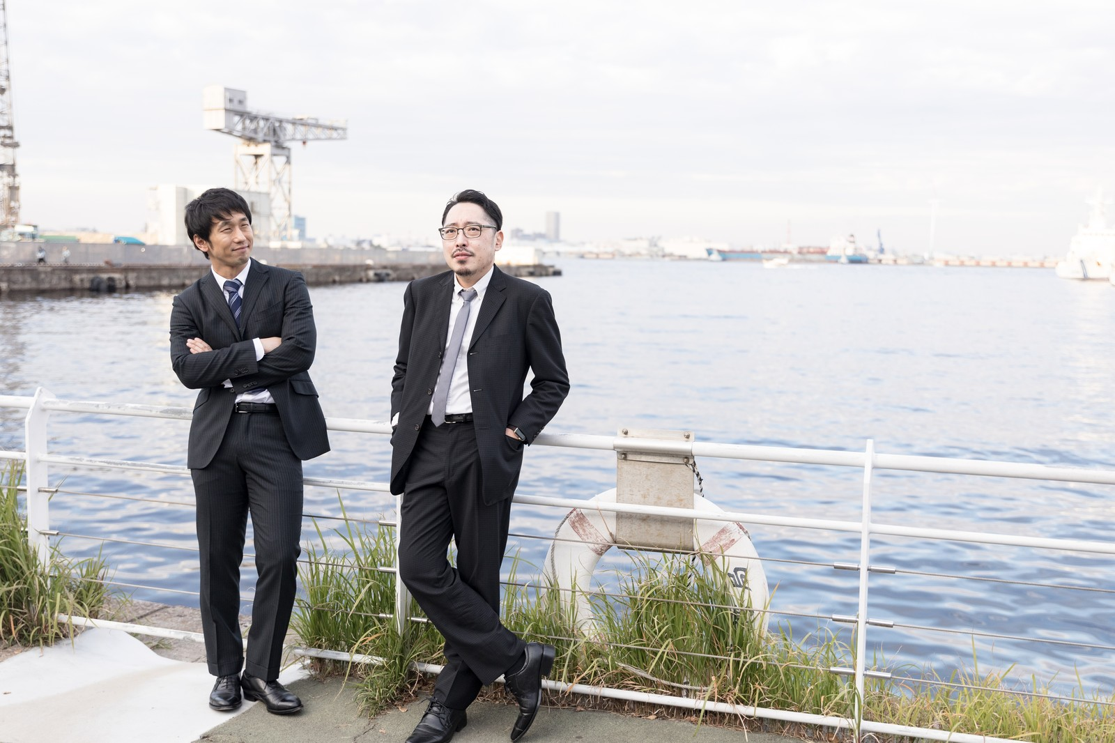 「港でたそがれる刑事2名」の写真[モデル:大川竜弥 ゆうせい]