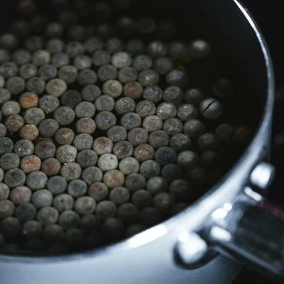 鍋に入れて茹で中のブラックタピオカの写真