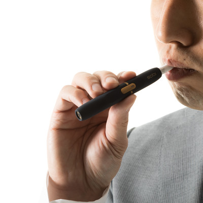 加熱式たばこを吸う男性の口元の写真