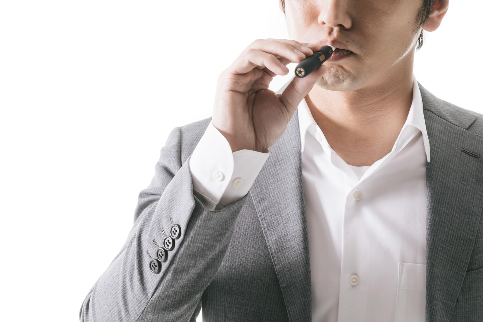 「紙巻きたばこから加熱式たばこに切り替えたビジネスパーソン」の写真[モデル:大川竜弥]