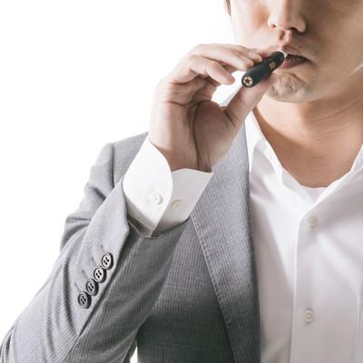 紙巻きたばこから加熱式たばこに切り替えたビジネスパーソンの写真