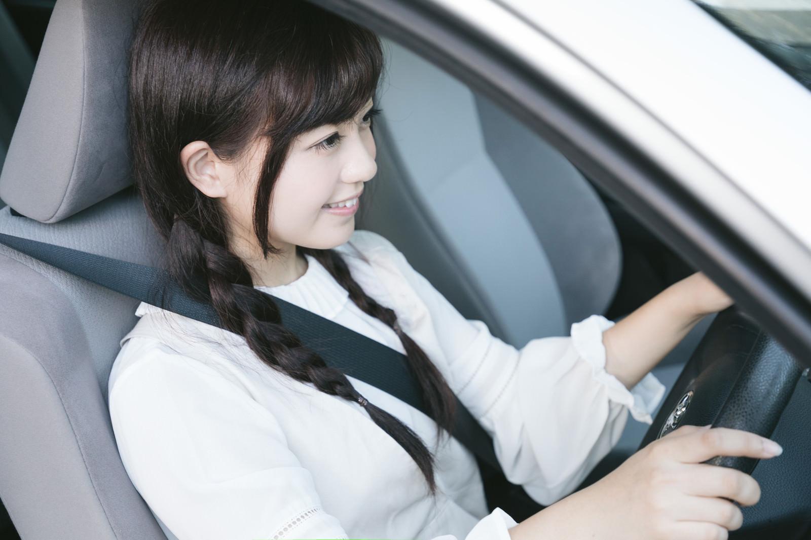 「シートベルトを着用して安全運転中」の写真[モデル:河村友歌]