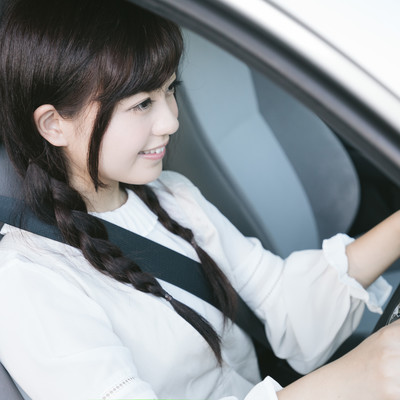 「シートベルトを着用して安全運転中」の写真素材