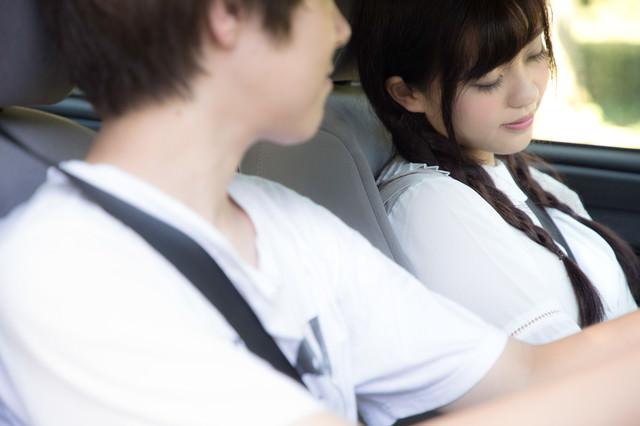運転中に将来の夢を語る彼と助手席で爆睡女子の写真