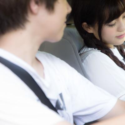 「運転中に将来の夢を語る彼と助手席で爆睡女子」の写真素材