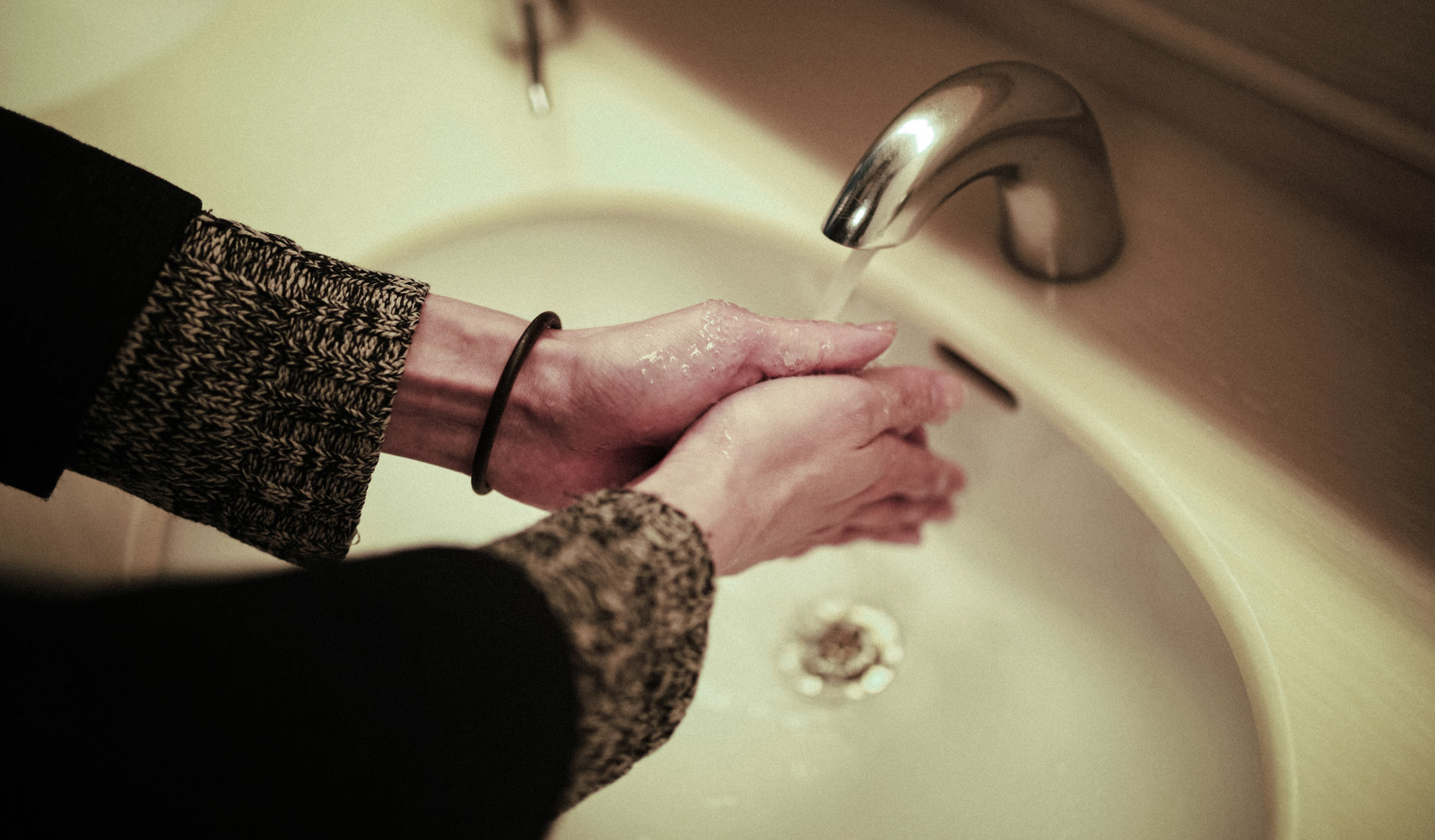 「洗面台で手洗いする」の写真[モデル:ハヤト]