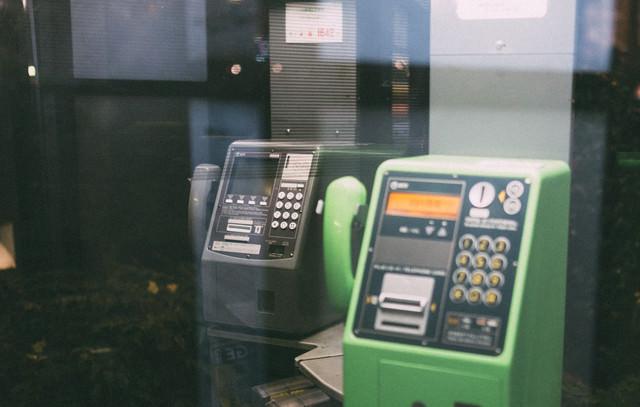 「灰色と緑の電話ボックス」のフリー写真素材