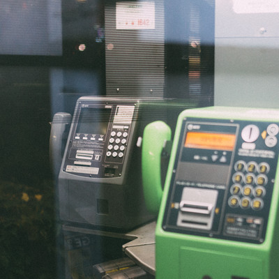 灰色と緑の電話ボックスの写真