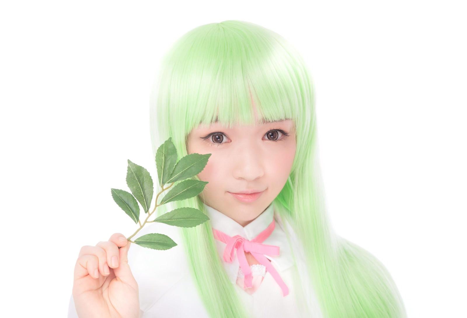 「薬草を持って微笑む薬剤師少女薬草を持って微笑む薬剤師少女」[モデル:渡辺友美子]のフリー写真素材を拡大