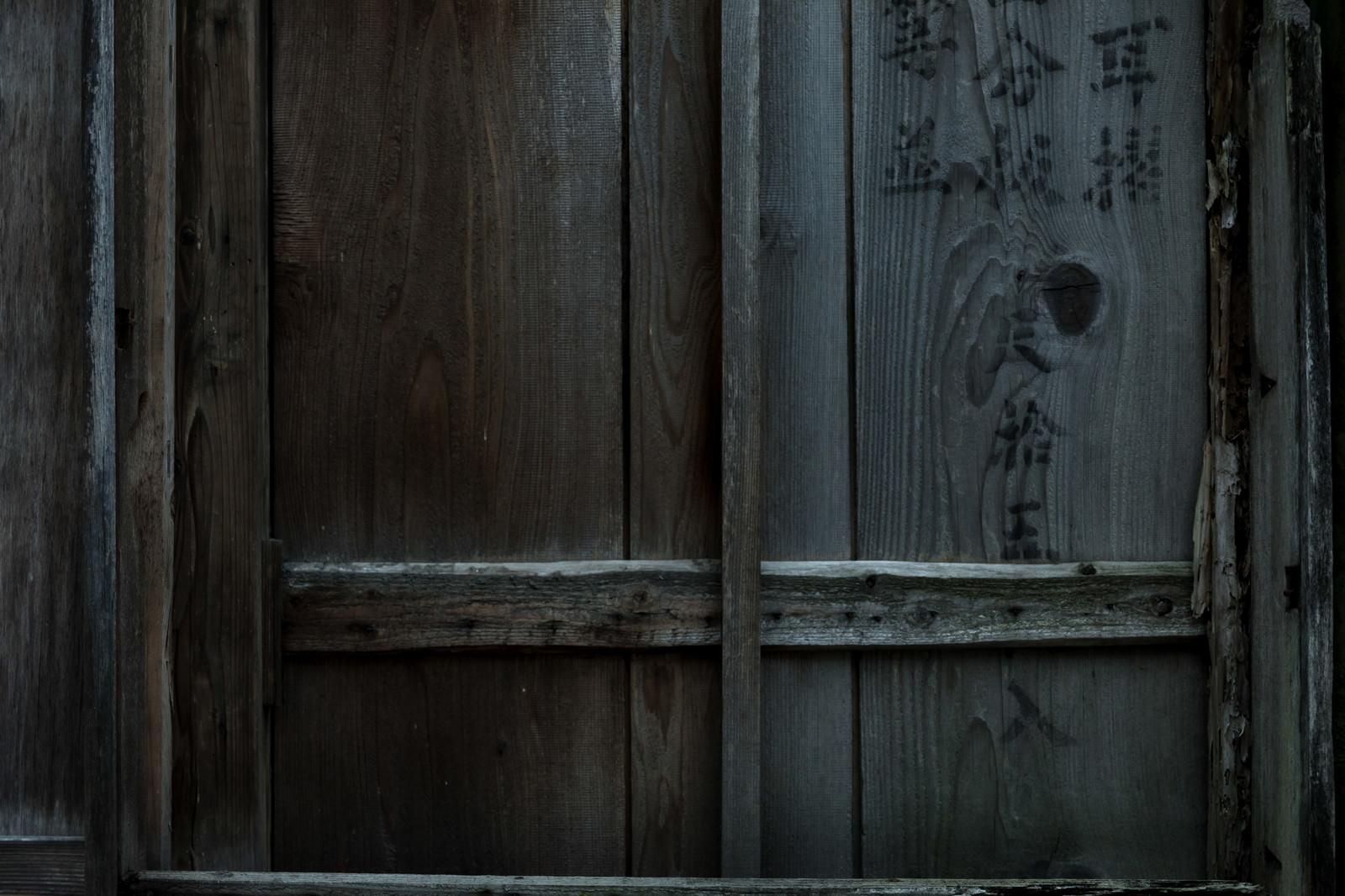 「閉まった木の窓」の写真
