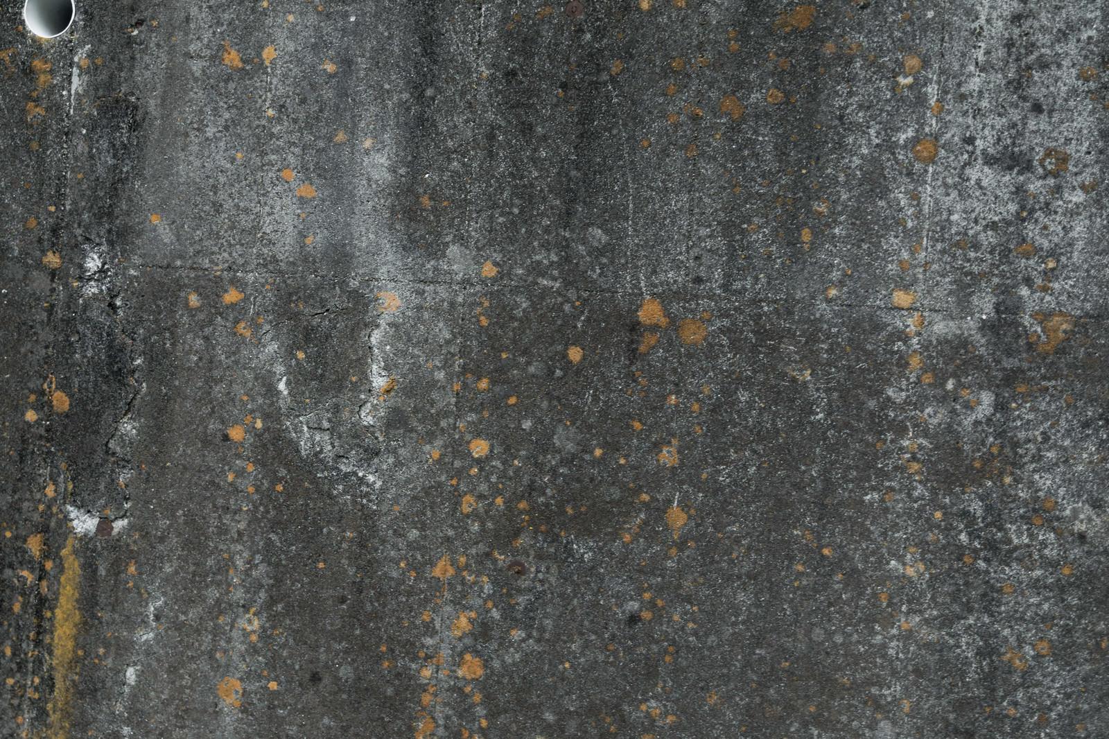 「ひび割れした汚れた外壁」の写真