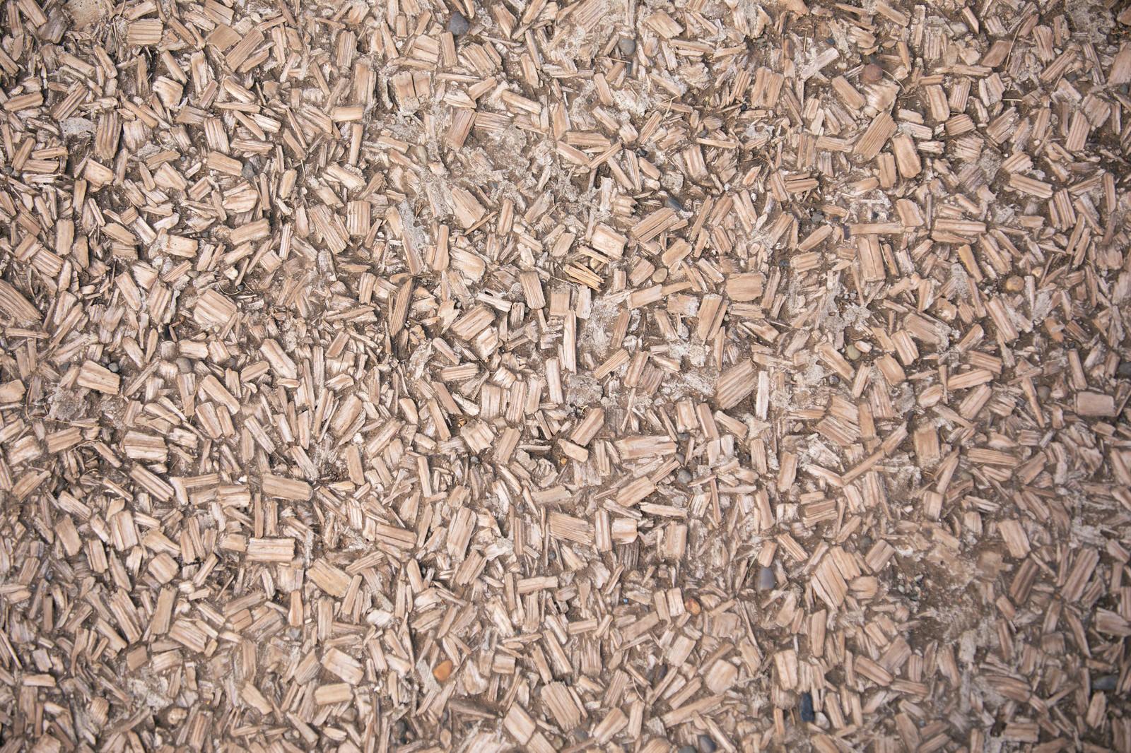 「細かな木片(ウッドチップ)が踏み固められた地面(テクスチャ)」の写真