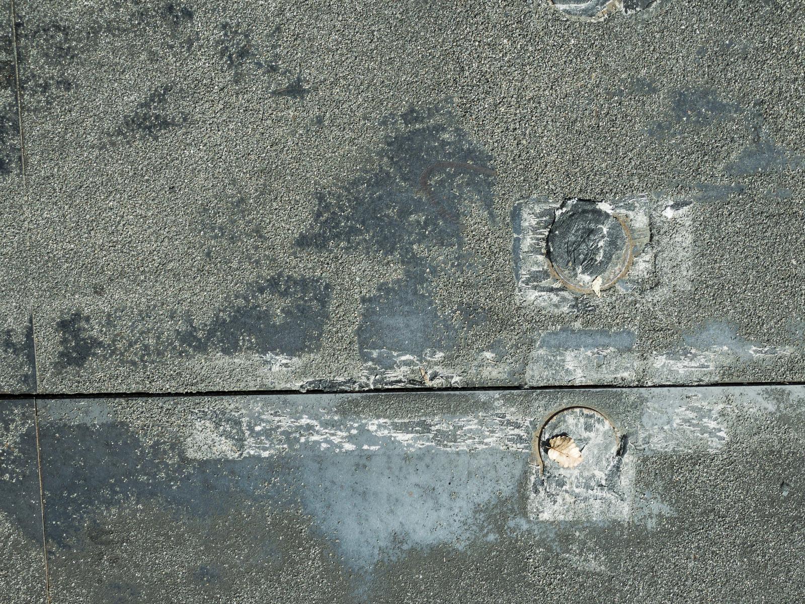 「標識ポールの撤去した跡のあるコンクリート(テクスチャ)」の写真