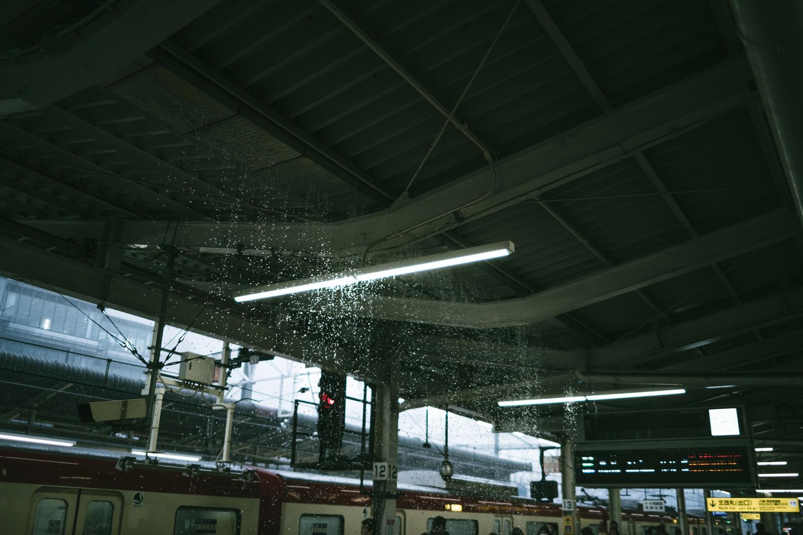「豪雨で駅ホーム内が水浸し」の写真