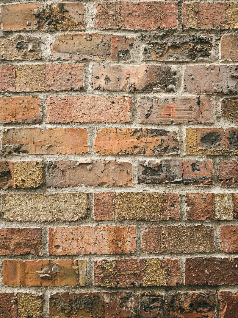 「表面が剥がれた煉瓦の壁(テクスチャ)」の写真