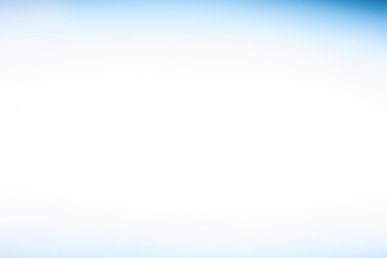 「プレゼンの背景に使いやすい薄いブルーのボケ写真プレゼンの背景に使いやすい薄いブルーのボケ写真」のフリー写真素材を拡大
