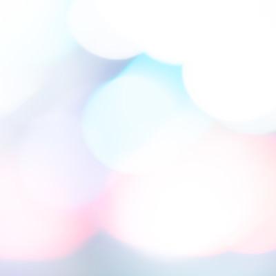 淡くボケる光の中の写真
