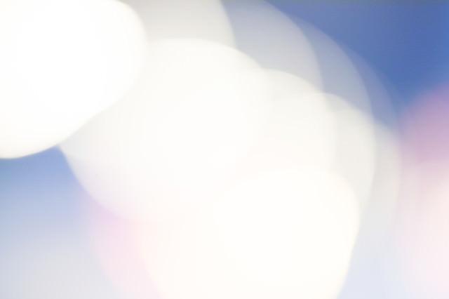スライドの背景にしやすい寒色のボケた光の写真