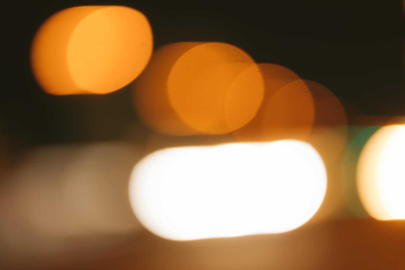 「夜町の街路灯のボケ」の写真