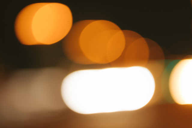 夜町の街路灯のボケの写真
