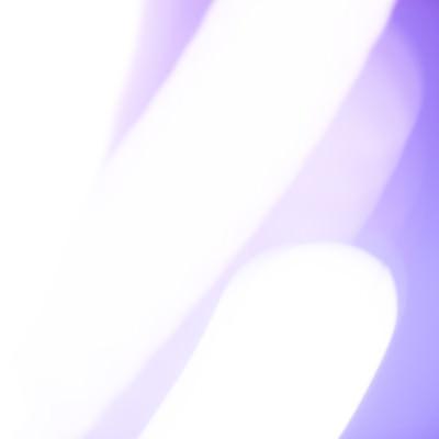 紫と発光体の写真