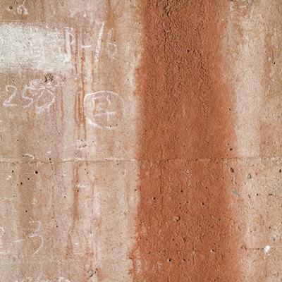 鉄骨の錆が流れるコンクリートの写真