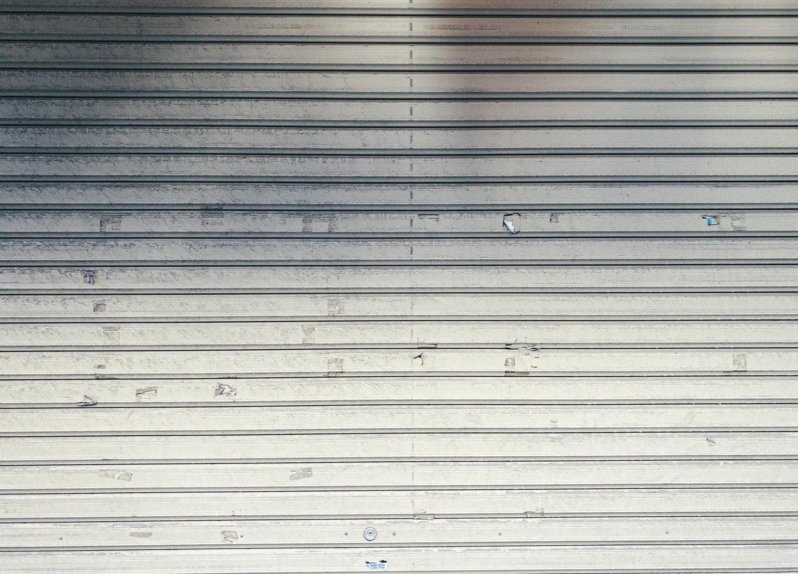 「シール跡が残るガレージシャッター」の写真