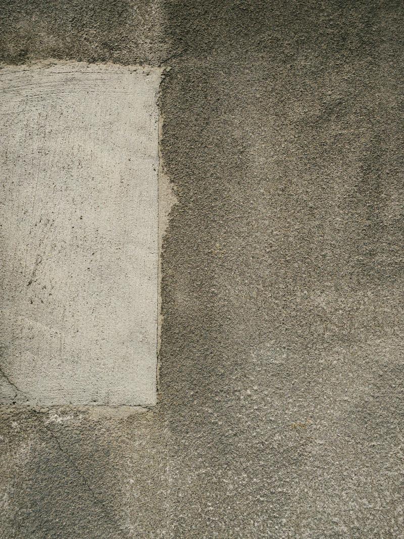 「セメントで補修された壁」の写真