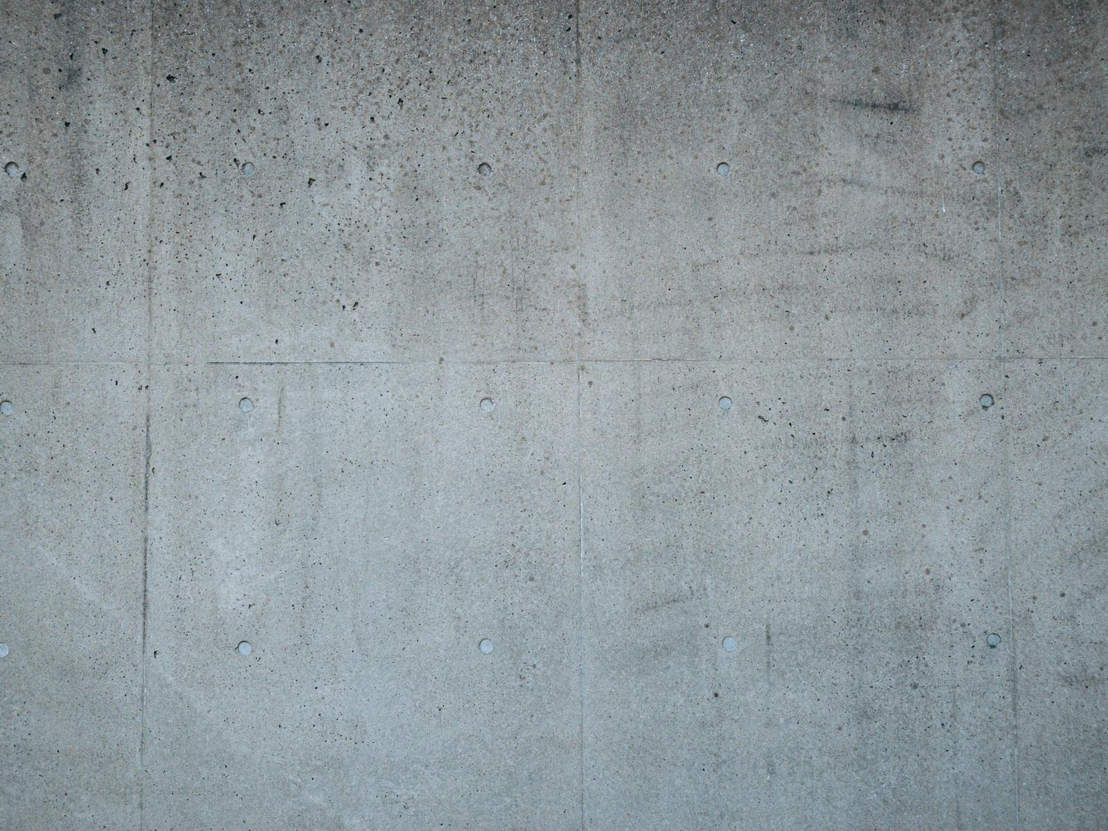 「汚れが付着した打ちっぱなしのコンクリート」の写真
