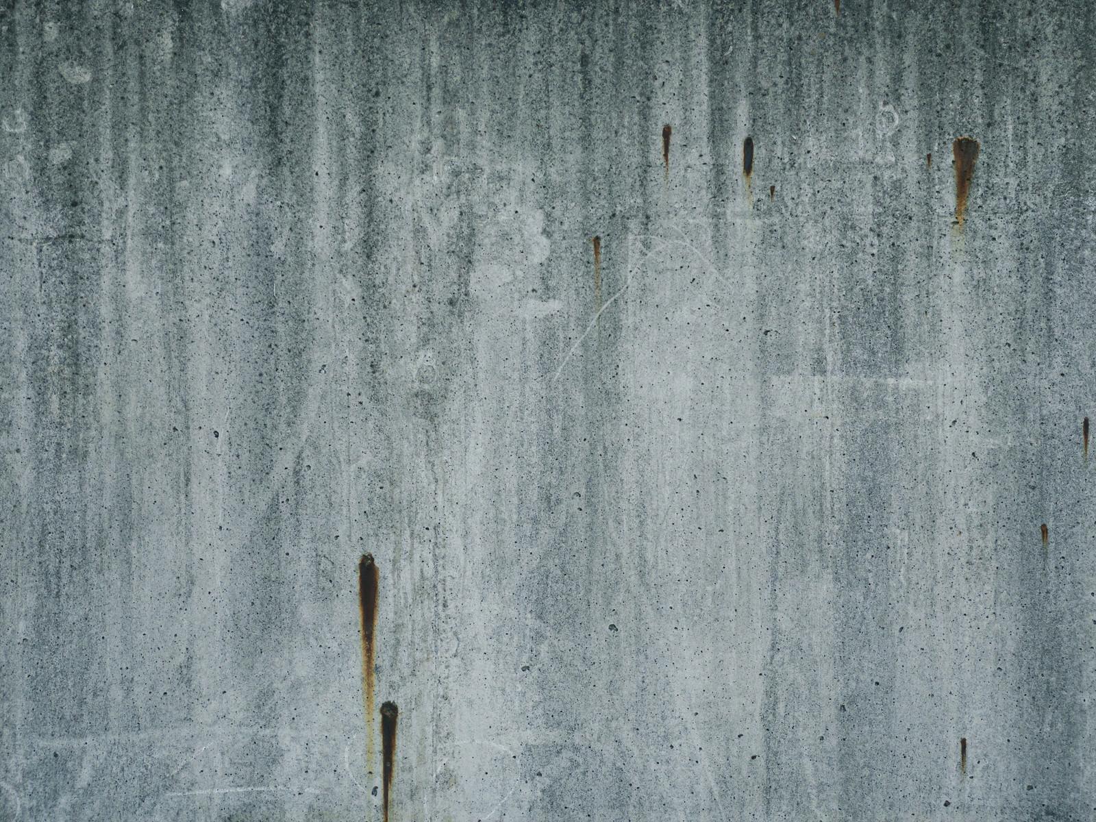 「釘サビのコンクリ壁」の写真