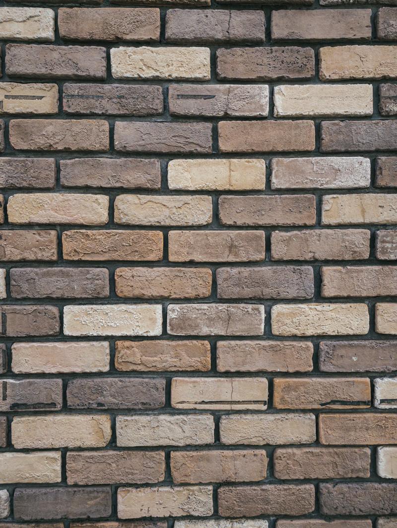 「小さめレンガを組みあげたオーソドックスな壁」の写真