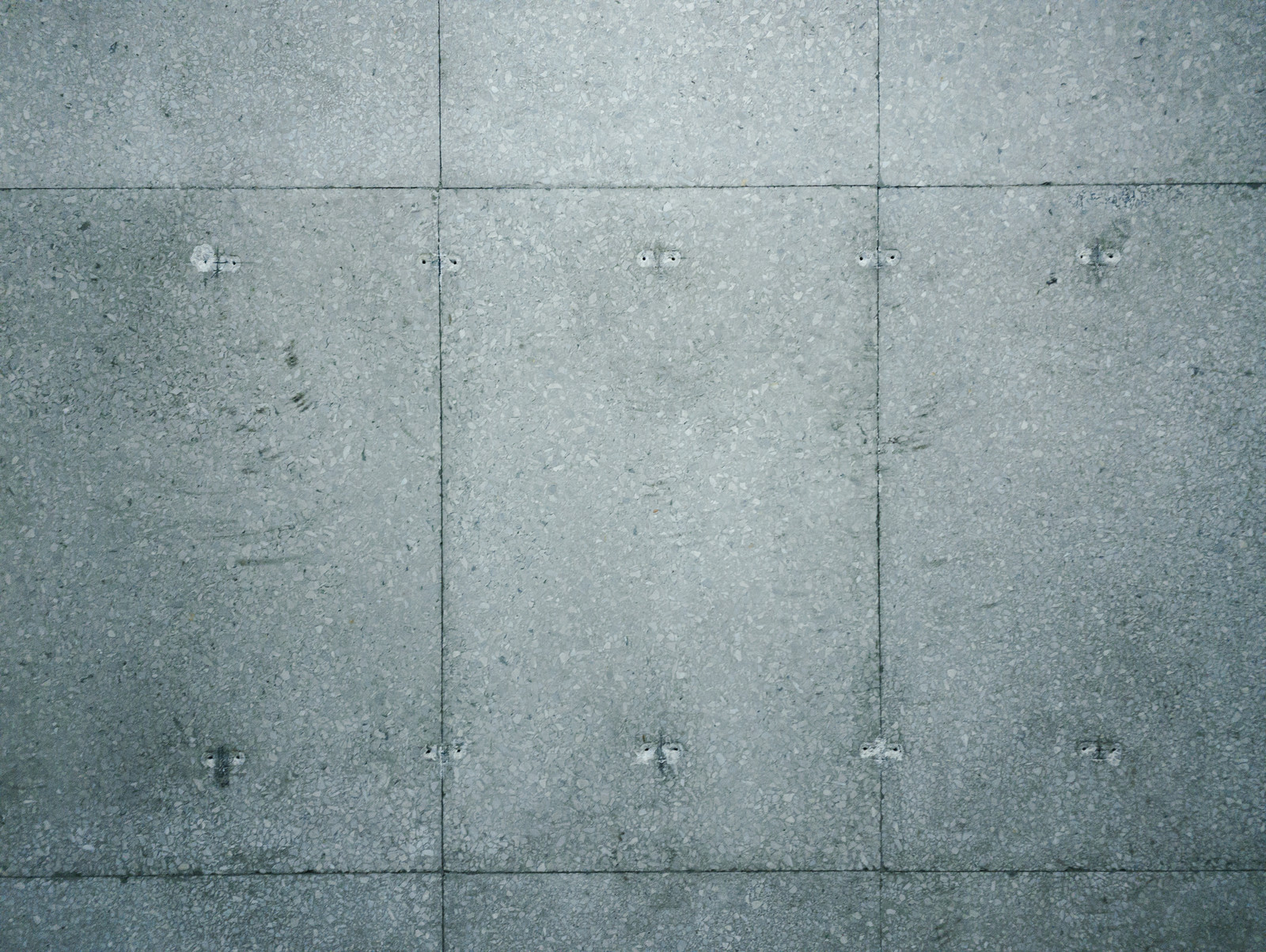 「アンカー跡が残るコンクリート壁」の写真