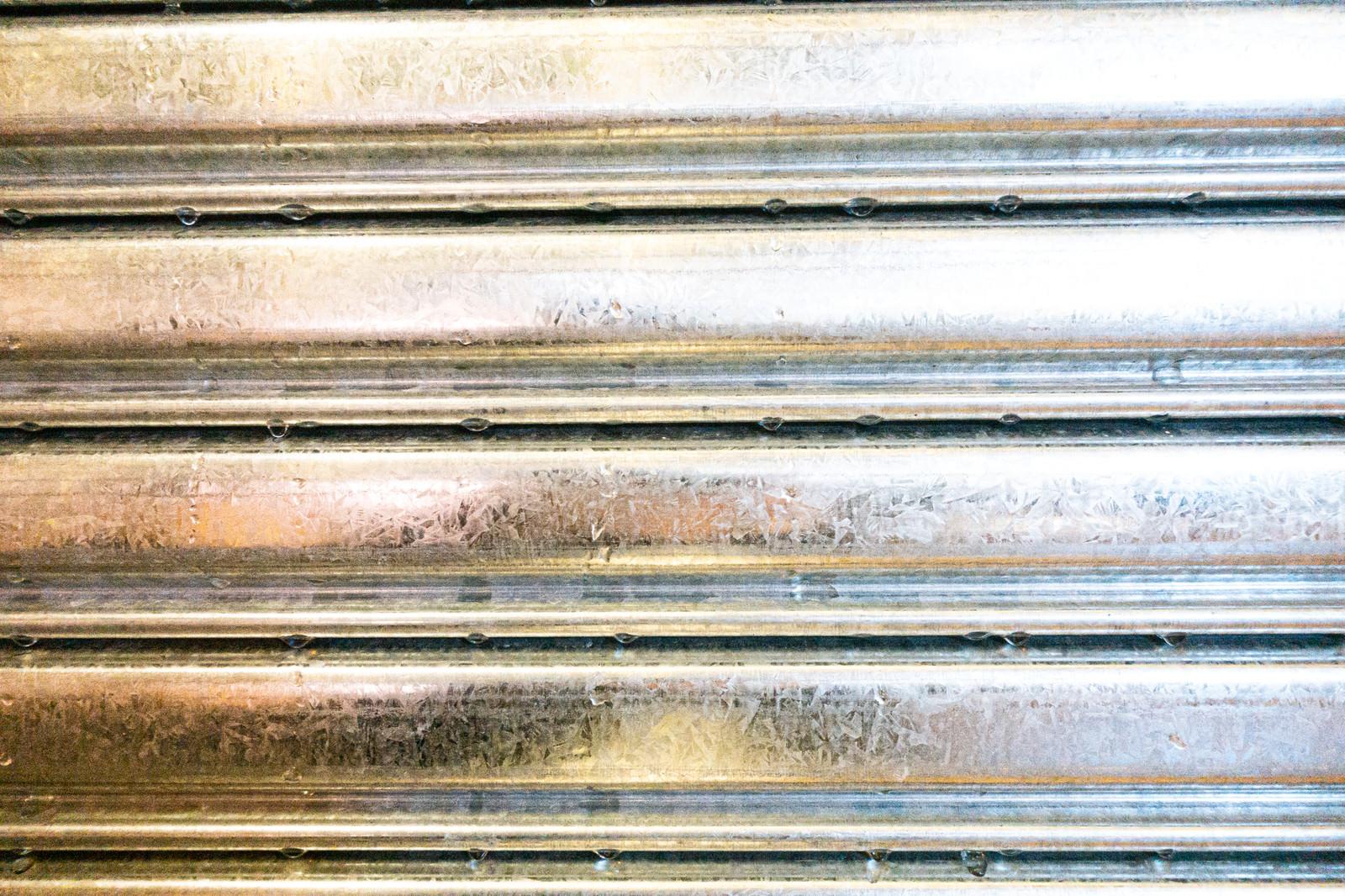 「汚れた金属のシャッターと雫」の写真