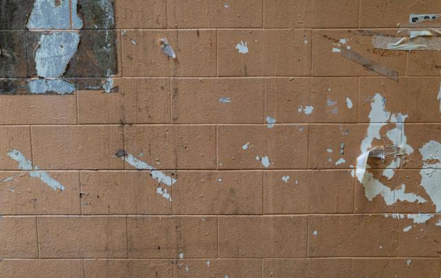壁にポスターが貼られた後の写真