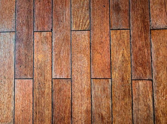 すり減った木目調のタイルの写真