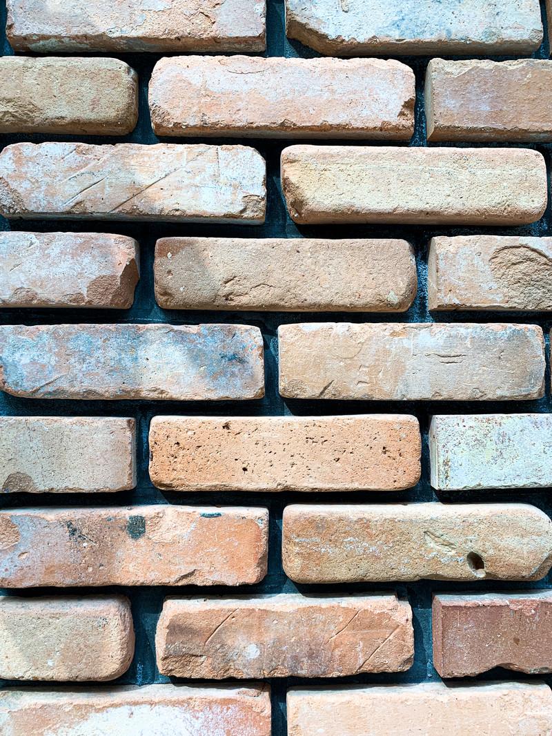 「荒削りレンガの壁」の写真