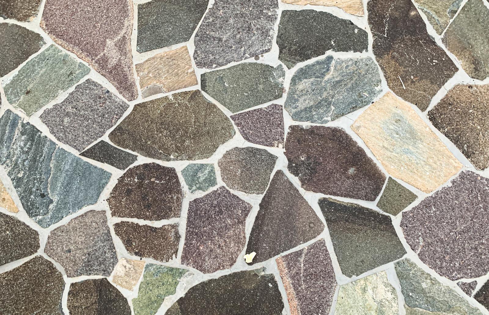 「大小変わった大きさの石タイル」の写真