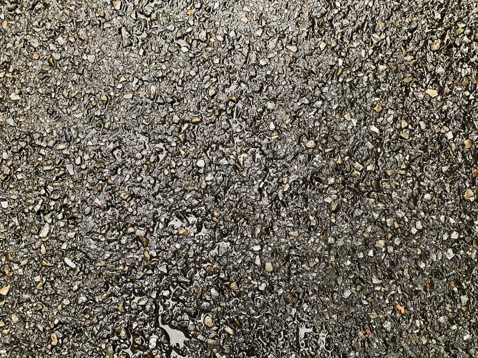 「雨に濡れたアスファルトの路面(テクスチャ)」の写真
