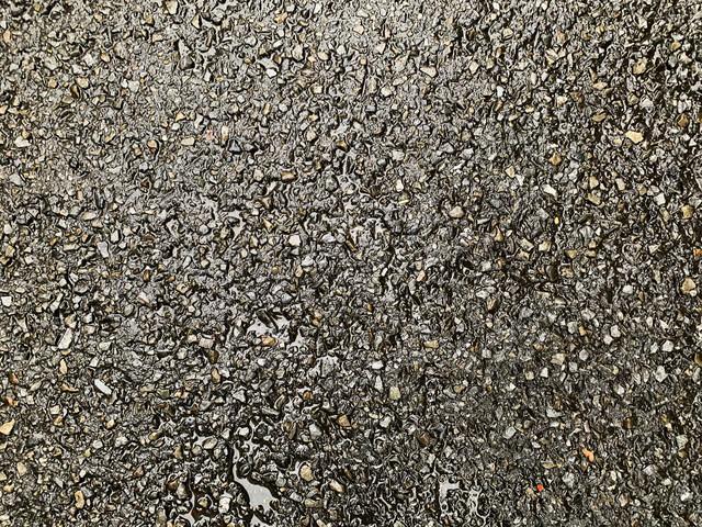 雨に濡れたアスファルトの路面(テクスチャ)の写真