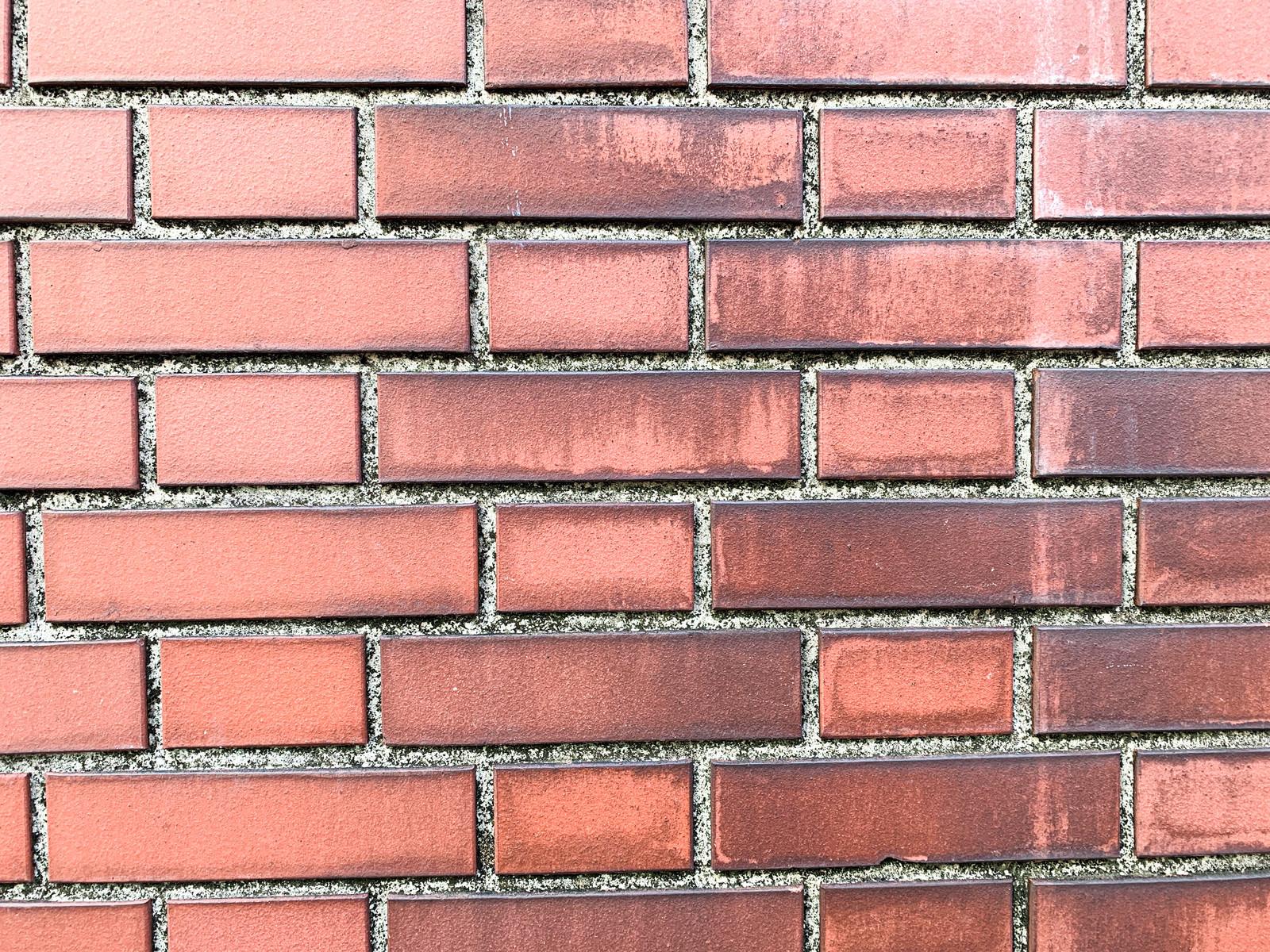 「溝の黒ずみが目立つ赤レンガ(テクスチャ)」の写真