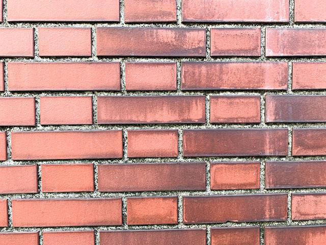溝の黒ずみが目立つ赤レンガ(テクスチャ)の写真