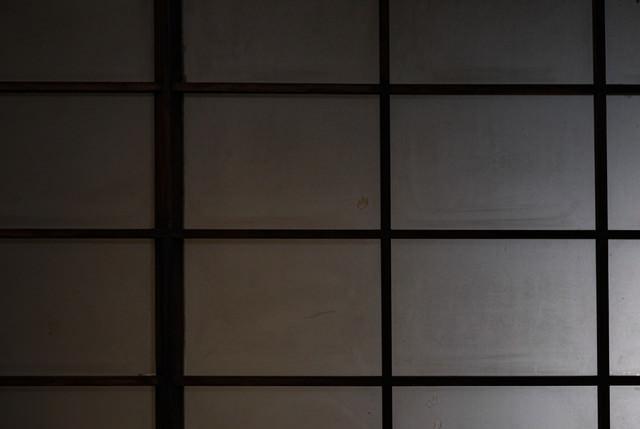 薄暗い障子の写真