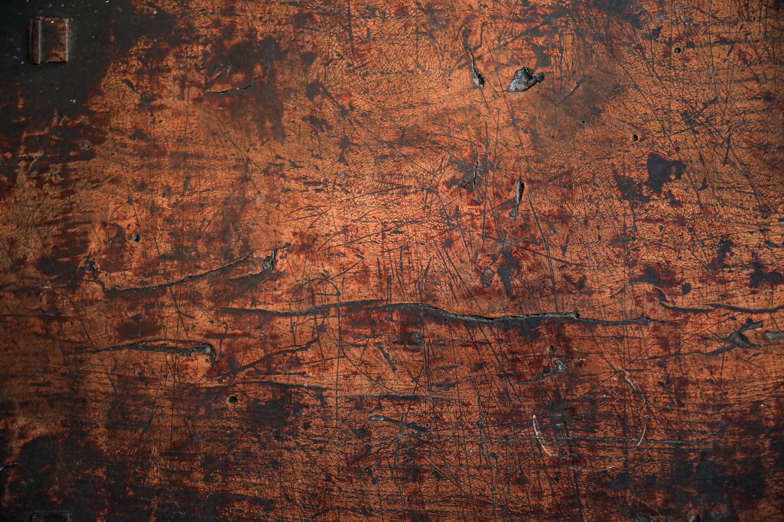 「表面の傷に黒いシミと汚れが付着する棚板(テクスチャ)」の写真