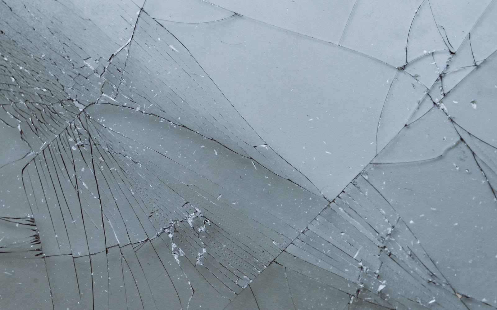 「破損してガラスにヒビが入る」の写真