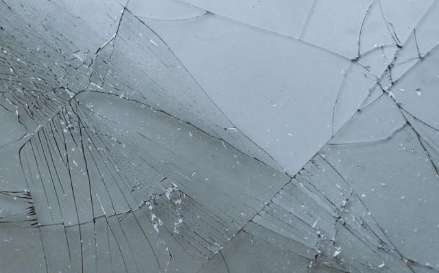 破損してガラスにヒビが入るの写真